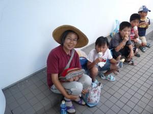 Sr. Komuta mit Kindern vom Kinderheim