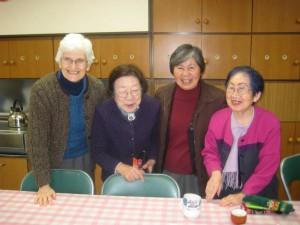Sr.Katharina und Sr. Sawa mit Seniorinnen