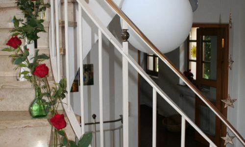 Gottesliebe steigt zu uns herab (Treppenhaus St. Theresia)